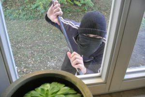 Einbrecher vor Fenster