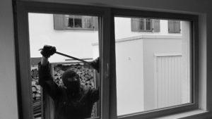 Einbrecher Fenster Aufhebeln Brechstange Schwarz Weiß Sicher Bichler