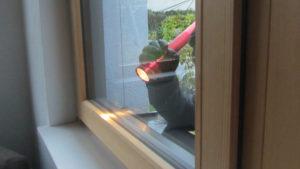 Einbrecher Fenster Aufhebeln Taschenlampe auf der Lauer Schwarz Weiß Sicher Bichler