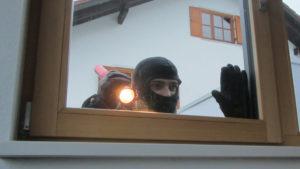 Einbrecher vor Fenster Aufhebeln Taschenlampe Schwarz Weiß Sicher Bichler