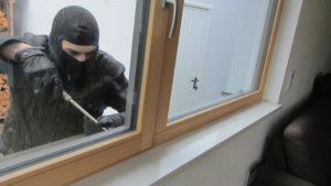 Einbrecher vor Fenster Aufhebeln Schraubenzieher Sicher Bichler