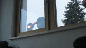 Einbrecher Fenster Aufhebeln Taschenlampe