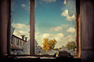 Zerbrochenes Glas. Fenster ohne Sicherung.
