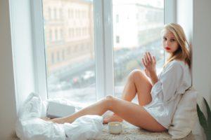 Frau vor Kunststofffenster mit Pilzkopfverriegelung